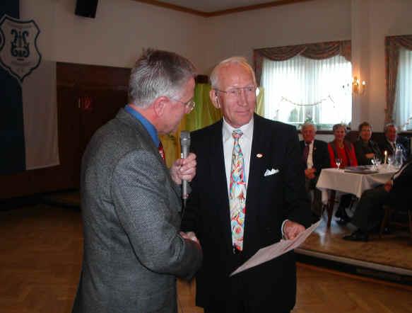 Eckhard Diekmann erhält die Urkunde des Chorverbandes.